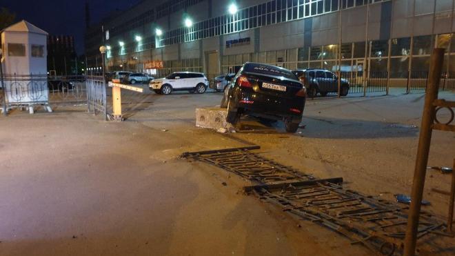 """""""Ситимобил"""" снес забор и наехал на бетонный блок на Возрождения"""