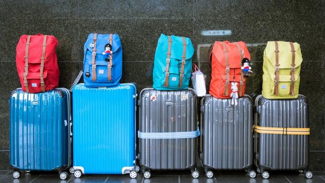 Авиакомпания Azal решила не загружать багаж 50 петербуржцев из-за перевеса