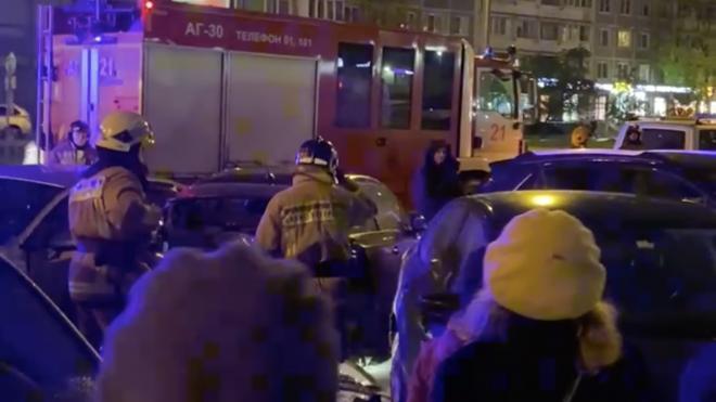 Очевидцы: На проспекте Просвещения после маневра автоледи столкнулись 4 машины