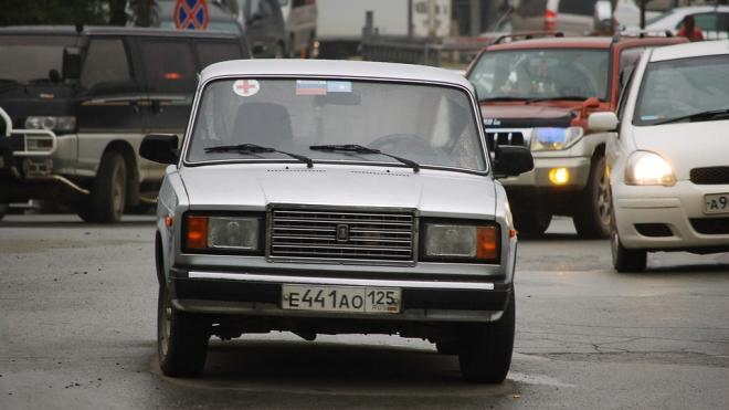 В Пушкине родители оставили маленьких детей в машине в плюс 29 °С