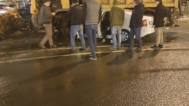 На Выборгской набережной такси влетело под грузовик