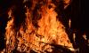 На севере Петербурга пожарники борются с огнем на промзоне
