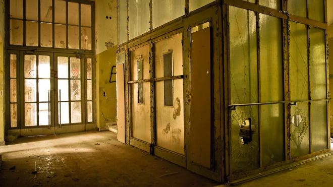В роддоме №18 двое рабочих упали в шахту лифта
