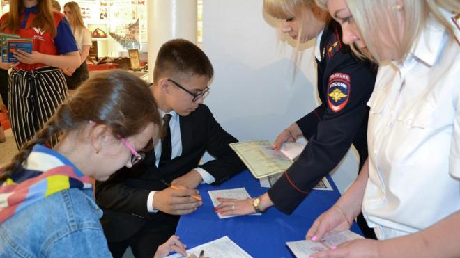 В Выборге в День России юным гражданам вручили первые паспорта