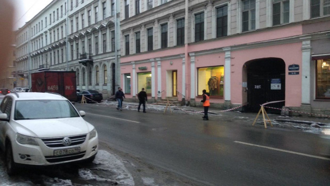 В центре Петербурга рабочие очищают крыши от снега и сосулек