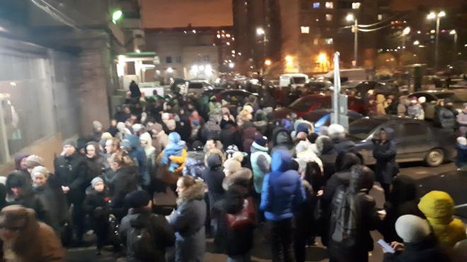 Петербуржцы выстраиваются в очереди за билетами на детскую елку