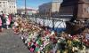 Петербуржцы не перестают нести цветы и игрушки в память о погибших в Кемерове