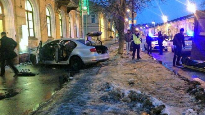 В Кронштадте автомобиль влетел в стену, двое погибших, женщина получила ранения
