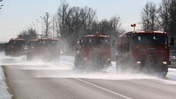 Петербург убирают от зимней грязи: на улицы вышла ...
