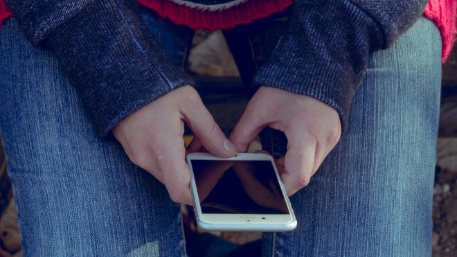 На Кубинской улице рецидивист вырвал из рук юной тувинки телефон
