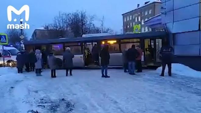 Шофер автобуса, попавшего в ДТП под Москвой, заявил, что не смог вывести его из заноса