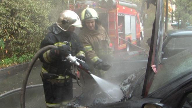 Сотрудникам МЧС не удалось спасти горящий автомобиль на Липовой улице