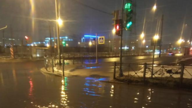 В Петербурге затопило Ситцевую улицу