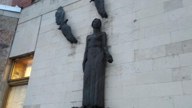 С фасада здания на Ленинском проспекте украли две скульптуры