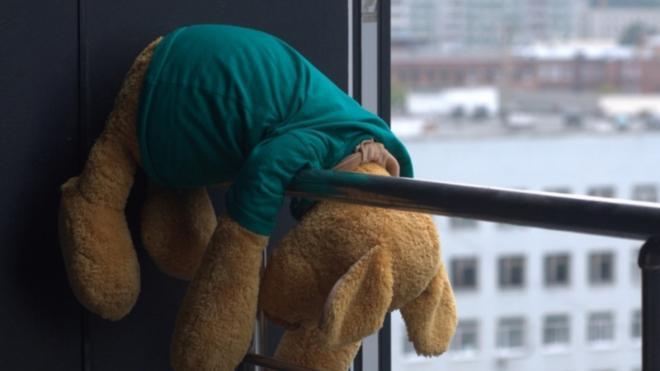 В Ижевске полуторагодовалый малыш выпал из окна