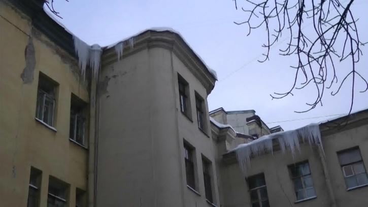 В двух районах Петербурга обнаружили потенциально опасные крыши