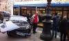 На Невском проспекте машина столкнулась с троллейбусом и вылетела на тротуар