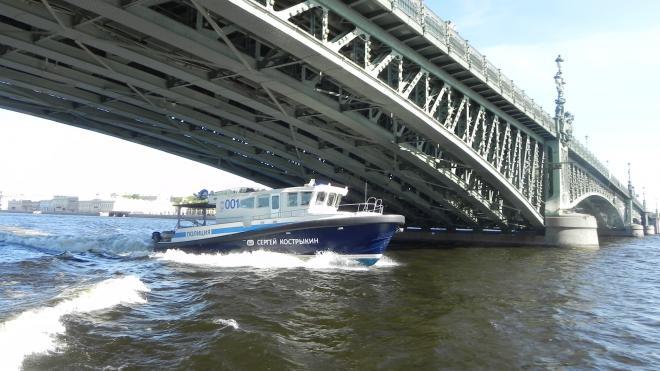 Петербуржец решил на спор переплыть реку. Его спасли полицейские