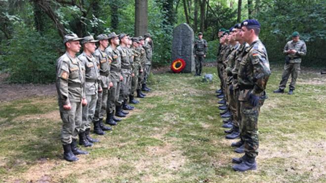 Служащие ЗВО и немецкие солдаты благоустроили воинские захоронения в Берлине