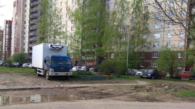 Более тысячи жалоб на нарушителей парковки поступило в петербургскую ГАТИ