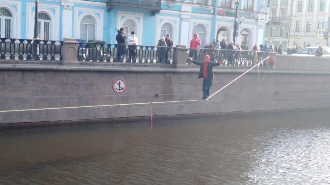Канатоходец прошел над каналом Грибоедова без страховки