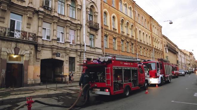 На улице Ленсовета в Петербурге в ночи выгорел Porsche