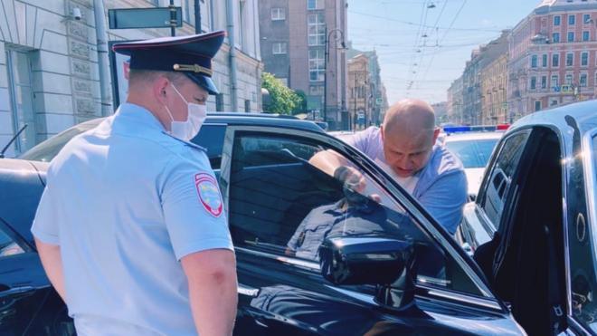 Сотрудник ДПС заставил водителя снять тонировку с Rolls-Royce