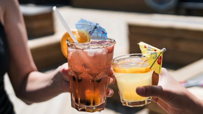 Запрет на торговлю алкоголем в «Алые паруса: забота о безопасности или популизм?