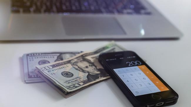 Доллар продолжает колебаться на разных курсовых ступенях