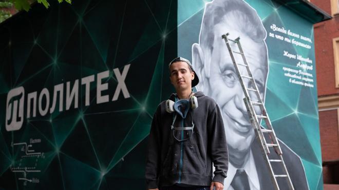 Петербург украсили граффити с нобелевским лауреатом Жоресом Алферовым