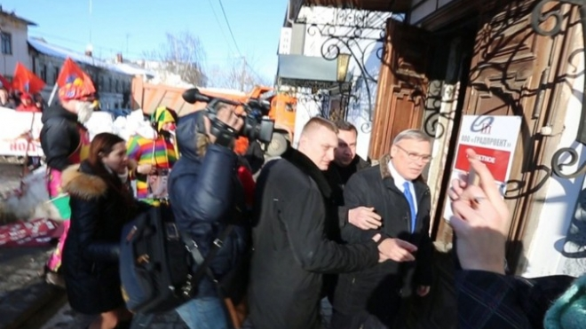 Человек в костюме клоуна показал Михаилу Касьянову летающие яйца