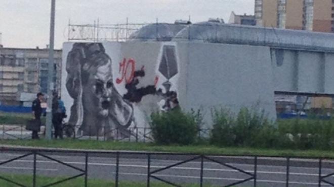 В Петербурге ищут вандалов, которые изуродовали граффити Буданова у моста Кадырова