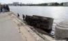 На Октябрьской набережной грузовик упал в Неву