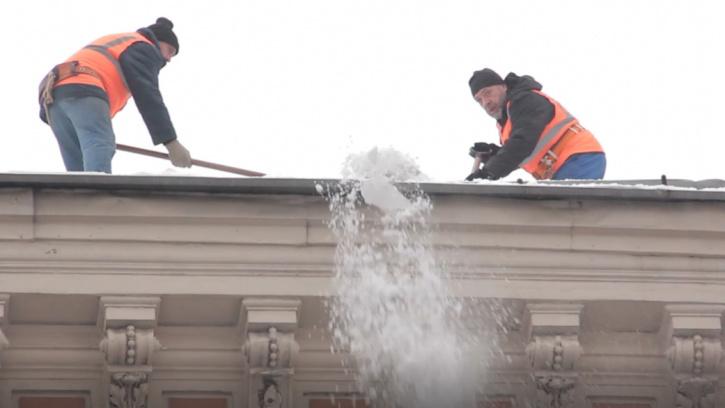 Петербуржцам рассказали, куда обращаться, если на крыше дома есть наледь