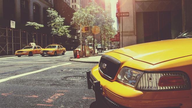 Пассажир такси выгнал водителя и угнал служебный автомобиль