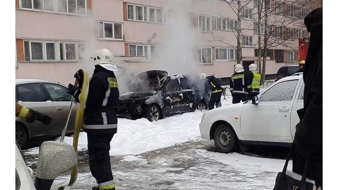На Просвещения взорвался автомобиль: водителя чудом спасли прохожие