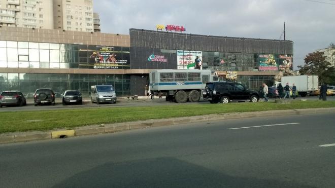 """ОМОН оцепил ТК """"Нева"""" в городе Колпино"""