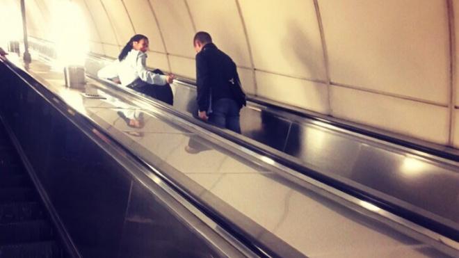 """В метро """"Комендантский проспект"""" человек потерял сознание"""