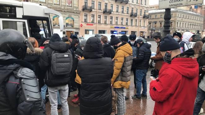 """Piter.TV: в период с 13 по 16 часов на """"Гостином дворе"""" задержали более 200 человек"""