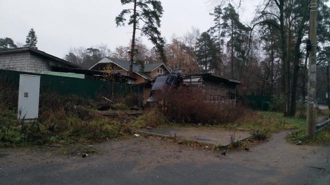 """""""Паркуюсь где хочу"""": в Зеленогорске водитель припарковал машину на крыше отеля"""