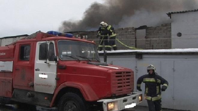 Из горящего гаража на Дунайском эвакуировали двух человек