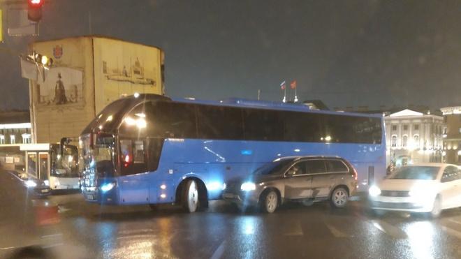 Экскурсионный автобус с детьми попал в аварию на Исаакиевской площади