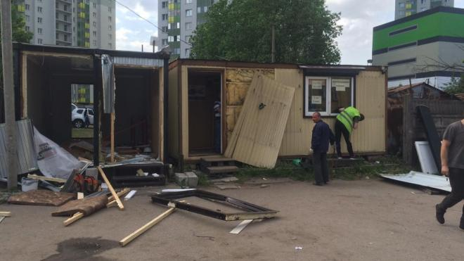 На Лабораторном проспекте в Петербурге закрыли незаконные автолавки