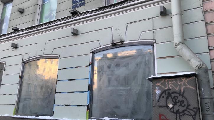 Фасад здания на Невском проспекте не могли привести в порядок около двух месяцев