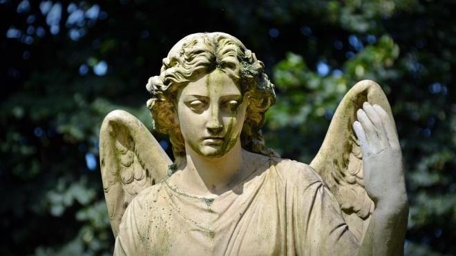 На кладбище на проспекте Стачек неизвестные повредили надгробие
