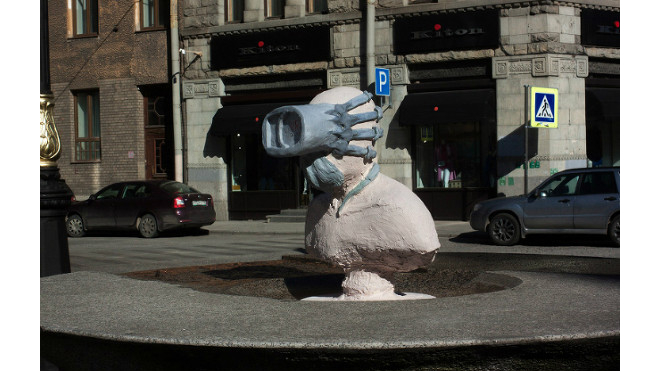 Лицо скульптуры на Большой Конюшенной съел пришелец