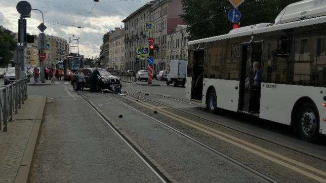 BMW потерял бампер в ДТП с автобусом на Лиговском