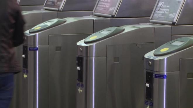 В петербургском метро установили новые турникеты для бесконтактной оплаты