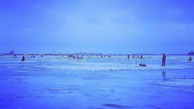 В Петербурге с оторвавшейся льдины спасли двух рыбаков