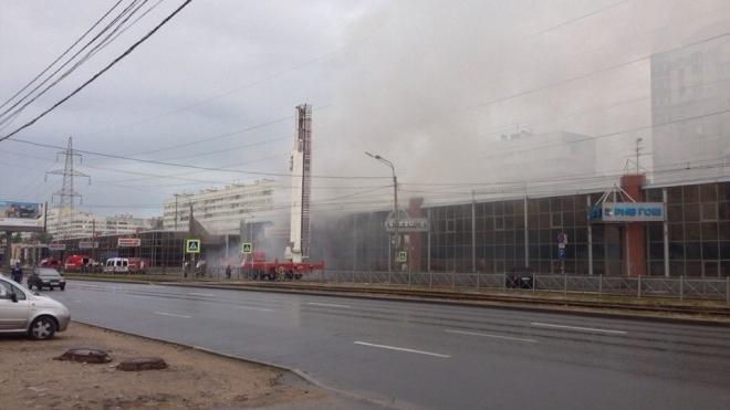 В Петербурге загорелся ТЦ «Аэродром» на проспекте Испытателей